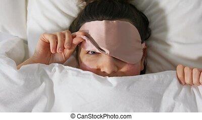 oeil, lit, couverture, sous, dormir, femme, masque