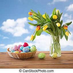 oeufs colorés, ciel, panier, fleurs, paques, sur
