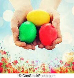 oeufs colorés, haut, tenant mains, fin, gosse