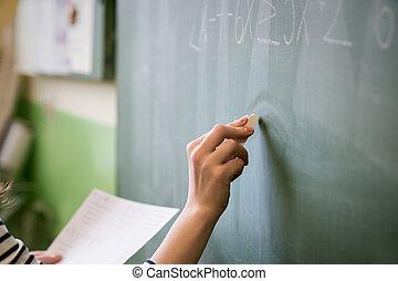 of, vrouwlijk, bord, jonge, schrijvende , student, formule, leraar, wiskunde, classroom.