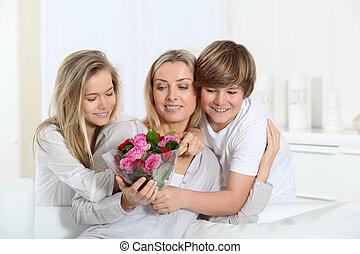 oferecendo, dia mãe, flores, crianças, grupo