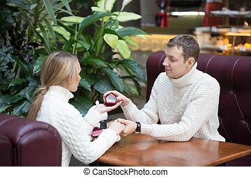 offerta, caffè, proporre, fidanzamento, giovane, ring., seduta, uomo, amica