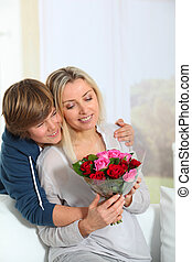 offerta, madre, figlio, compleanno, fiori, mazzo