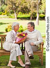 offerta, suo, fiori, uomo, anziano