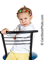offeso, piccola ragazza, su, uno, sedia