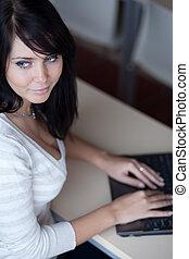 office/classroom, μελαχροινή , laptop , working/typing, νέος , ηλεκτρονικός υπολογιστής , όμορφη