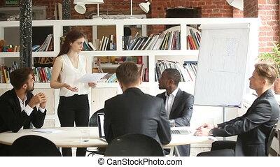 offre, femme affaires, clients, projet, divers, présentation, confection, partenaires