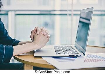 ofiary, laptop, do góry, ręka, przód, zamknięcie, modlący się
