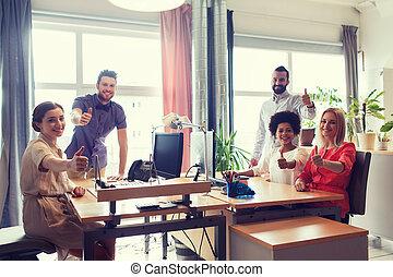 oficina, actuación, arriba, creativo, pulgares, equipo, feliz