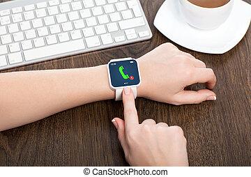 oficina, de madera, encima, smartwatch, llamada telefónica, hembra entrega, tabla, pantalla blanca