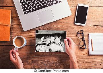 oficina, desk., objetos, y, blanco y negro, foto, de, pareja mayor