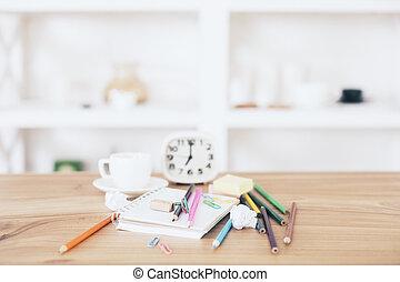 oficina desordenada, escritorio