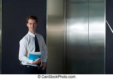 oficina, elevador, trabajador, horizontal, feliz, esperar