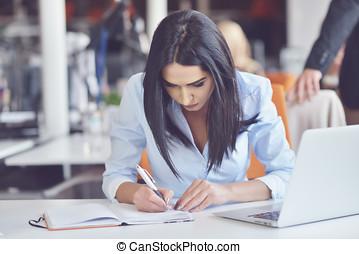 oficina ocupada, trabajando, mujer de negocios, nota, mientras, cuaderno, miradas, bastante, elaboración, retrato