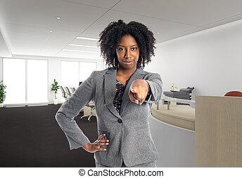 oficina, señalar, delantero, mujer de negocios, norteamericano, africano