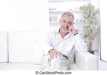 oficina, sentado, sofá, alegre, hombre de negocios, 3º edad