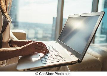 oficina, trabajando, sentado, computador portatil, moderno, copywriter, primer plano, hembra