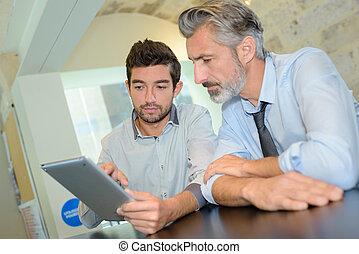 oficinacomercial, ejecutivo, compañero de trabajo, tableta, digital, utilizar
