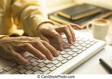 oficinista, mecanografía, en, teclado