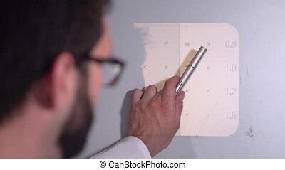oftalmoloog, brieven, wijzende, chart., oog, mannelijke