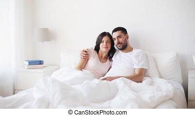 oglądając tv, para, łóżko, dom, szczęśliwy