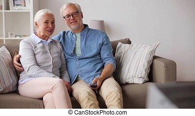 oglądając tv, para, dom, senior, szczęśliwy