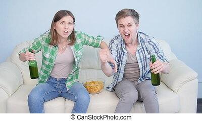 oglądając tv, para, młody, lekkoatletyka, dom