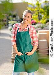 ogrodowy środek, kobieta, pracownik, przedstawianie, w, fartuch