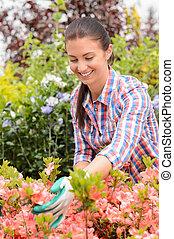 ogrodowy środek, kobieta, stoi, w, flowerbed, uśmiechanie się