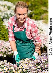 ogrodowy środek, kobieta, w, flowerbed, uśmiechanie się