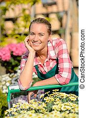 ogrodowy środek, uśmiechnięta kobieta, pracownik, z, wóz