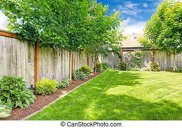 ohrazený, backyard, s, trávník, a, květinový záhon