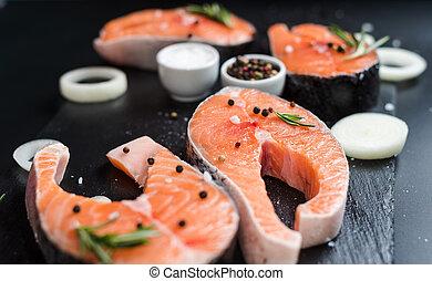 oignons, bifteck, pierre, fond, graisses, sombre, saumon, cru, concept, régime, 3, oméga, romarin, insaturé, épices