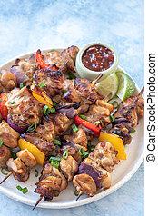 oignons, poivres, poulet, kebabs shish