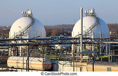 Oil storage tank in Petrechemical plant