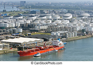 oil tanker terminal - Oil tanker moored at a oil storage...