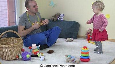 ojciec, gierka, zabawka, gitara, i, sprytny, córka niemowlęcia, taniec., 4k