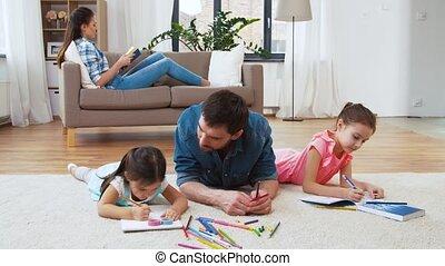 ojciec, mały, rysunek, córi, dom