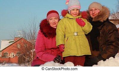 ojciec, macierz i córka, reputacja, outdoors, w, zima, blisko, dom