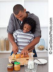 ojciec, szczęśliwy, syn, jego, bread, rozkrawając