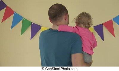 ojciec, taniec, uprzędźcie dokoła, z, mały, córka, na, siła robocza, indoor., 4k