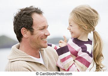 ojciec, uśmiechanie się, plaża, córka