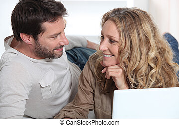 ojos, computador portatil, mirar, cada, otro, pareja