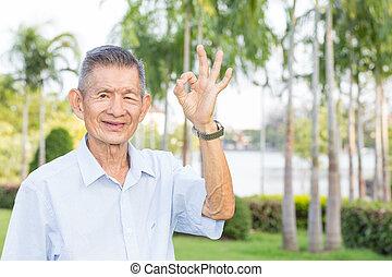 ok, parc, signe, asiatique, personne agee, indiquer, homme