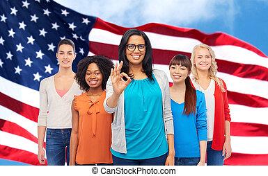 ok, visande, amerikan, internationell, glada kvinnor