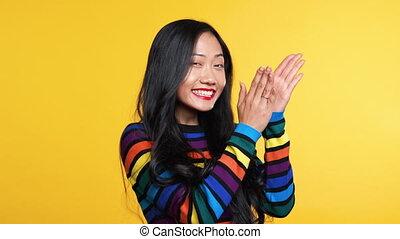 oklaski, szczęśliwy, żółty, kobieta, asian, na, tło