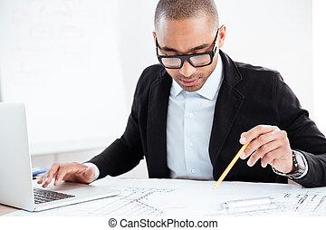 okmányok, hivatal, dolgozó, fiatal, üzletember, jelentékeny
