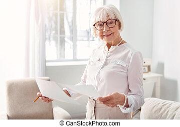 okmányok, tanulás, eredmények, öregedő, kutatás, woman mosolyog