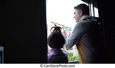 okno, coronavirus, ludzie, córka, ojciec, poparcie, oklaski...