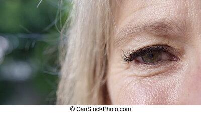 oko, kobieta uśmiechnięta